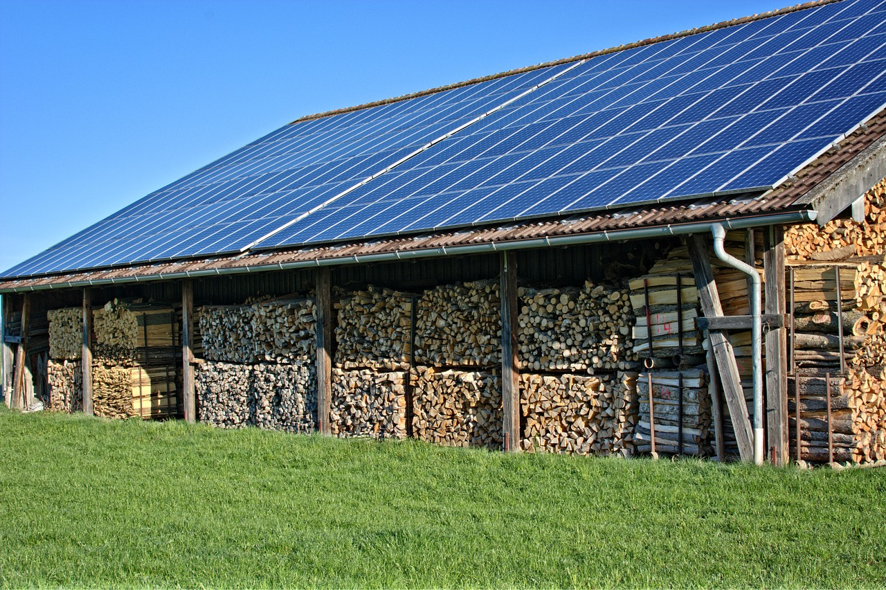 fotowoltaika dla firmy na dachu gospodarstwa składującego drewno