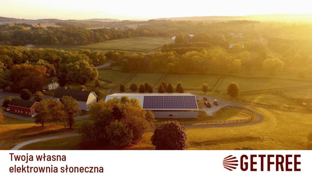 fotowoltaika dla firm to doskonałe rozwiązanie dla wszelkich gospodarstw - na zdjęciu ukazane sąpanele fotowoltaiczne zainstalowane na dachu gospodarstwa rolnego
