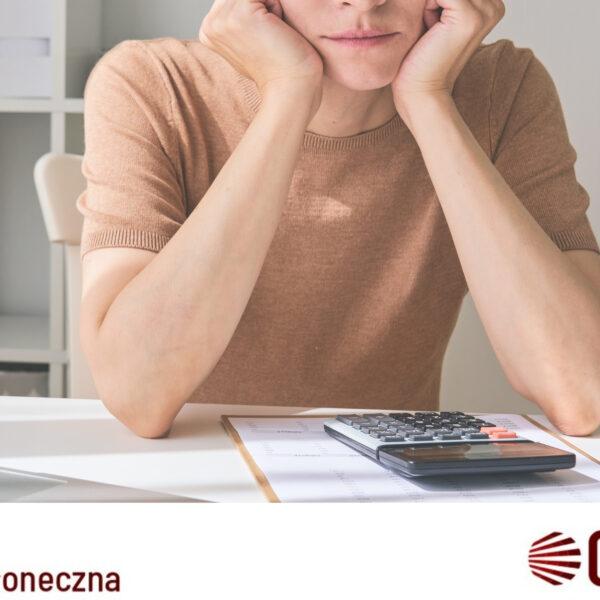 kobieta zastanawiająca się jak obniżyć rachunki za prąd